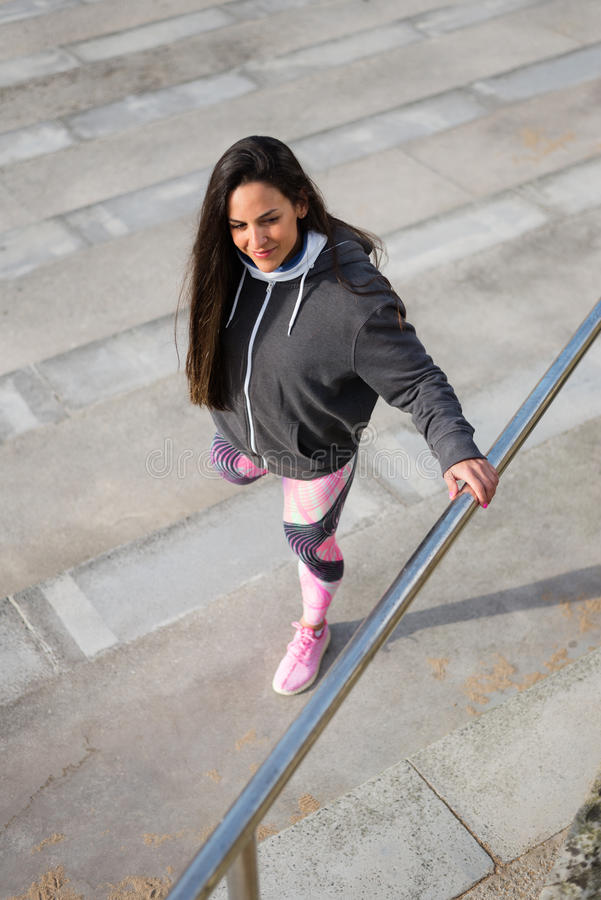 Forme physique étirant l'exercice pour réchauffer avant séance d'entraînement image libre de droits