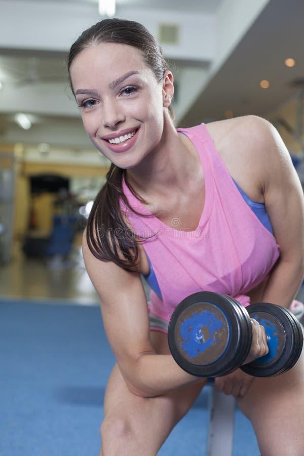 Download Forme Physique Avec Des Haltères Image stock - Image du workout, jeune: 45354303