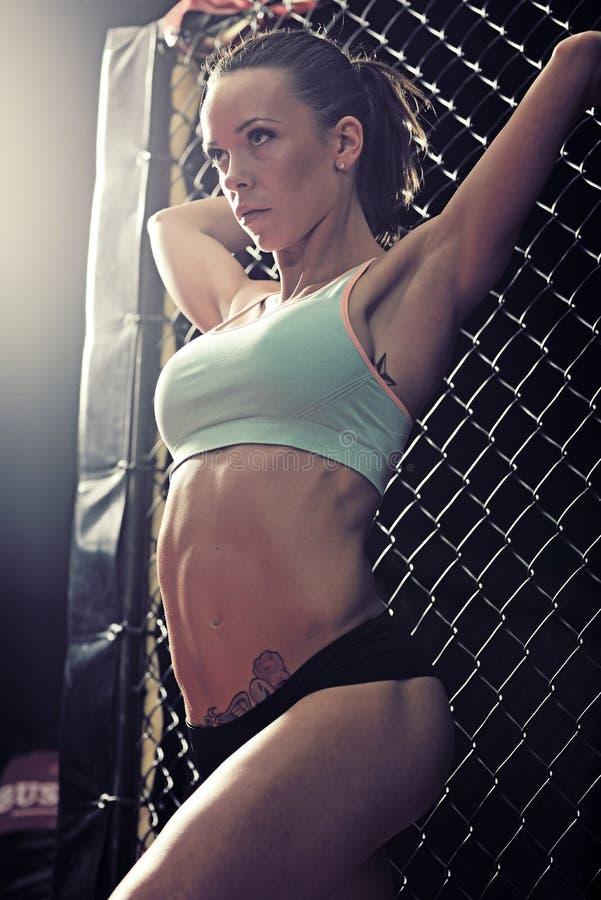 Forme physique de jeune femme dans la cage kickboxing de formation photo libre de droits