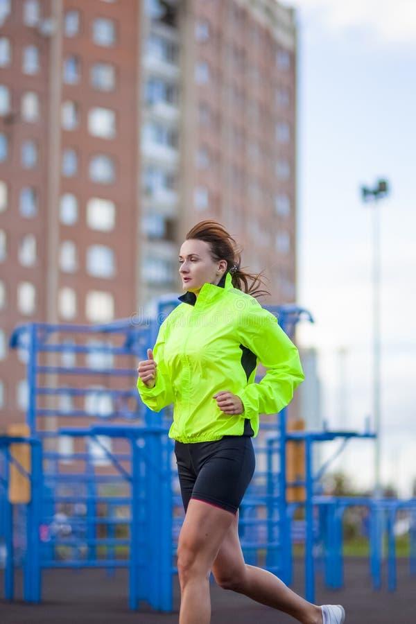 Forme physique et concepts sains de mode de vie Athlète féminin Having Running Exercise dehors image stock