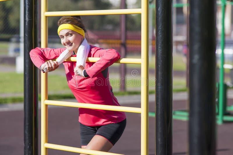 Forme physique et concepts sains de mode de vie Femelle caucasienne de sourire photos stock