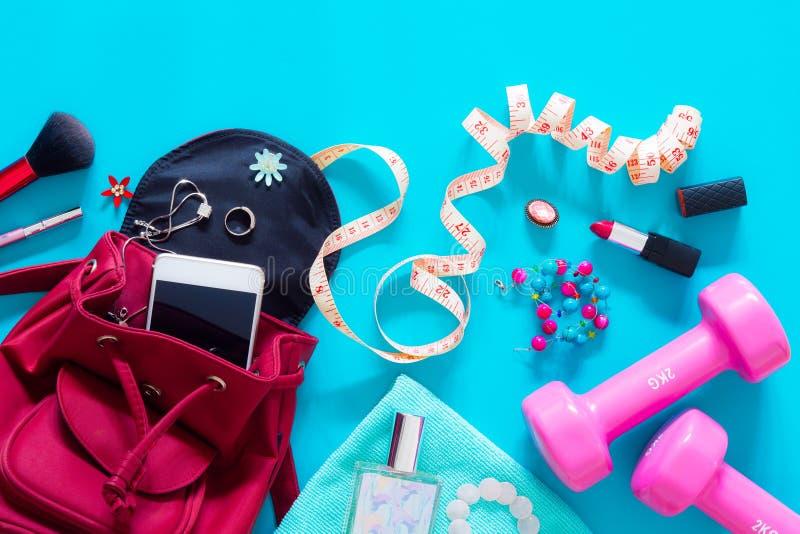 Forme physique et modes de vie actifs concept, cosmet d'haltère et de femme photos stock