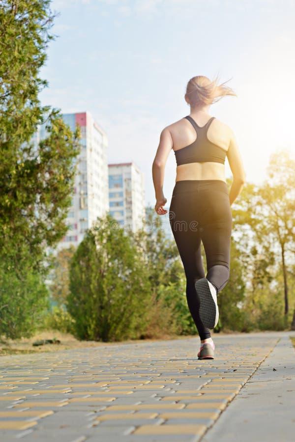 Forme physique et sports dehors dans le milieu urbain photo libre de droits