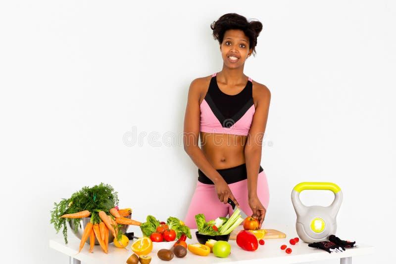 Forme physique folâtre, femme de couleur, femme de couleur à la maison de forme physique image libre de droits