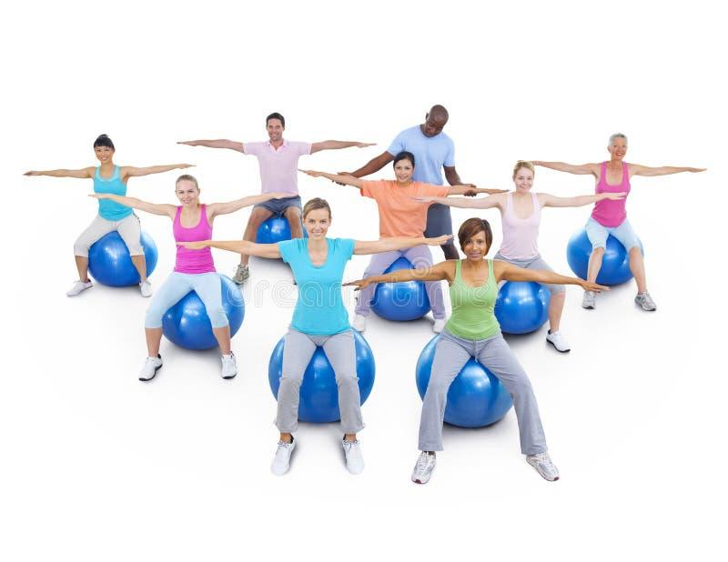 Forme physique saine de personnes de groupe exerçant le concept de relaxation image stock