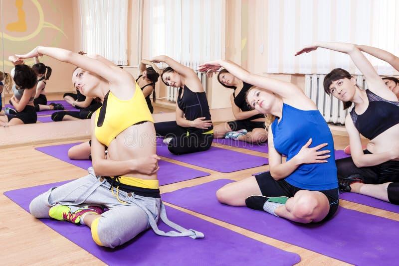 Forme physique, sport et concepts sains de la vie Groupe de sept jeunes C images stock