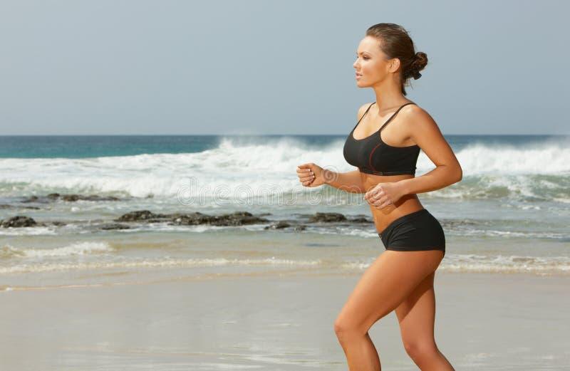 Forme physique sur la plage photographie stock libre de droits