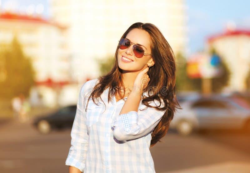 Forme a retrato de la forma de vida la mujer hermosa en las gafas de sol fotos de archivo