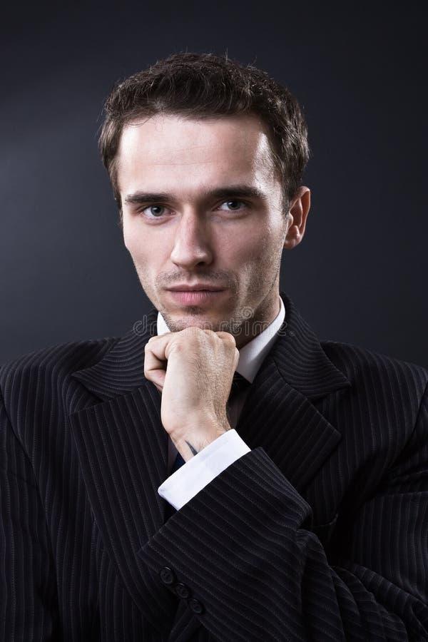 Forme a retrato del hombre la obscuridad tirada el estudio modelo masculino foto de archivo