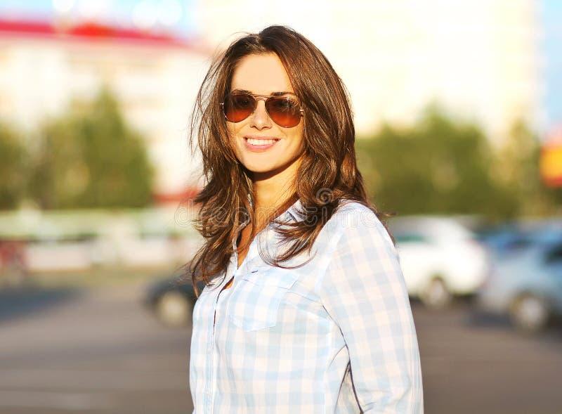 Forme a retrato do estilo de vida do verão a mulher bonita nos óculos de sol imagem de stock