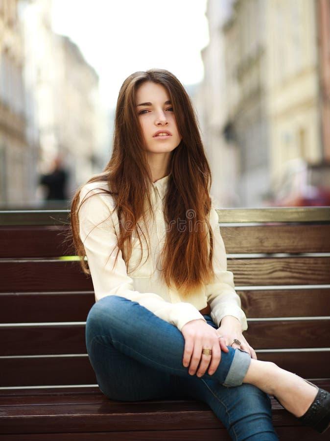 Forme a retrato a menina urbana à moda que levanta na rua velha da cidade fotos de stock