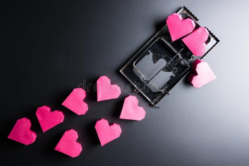 Forme rouge de coeur de boîte d'utilisation de souricière à clapet comme amorce sur les WI noirs de fond photos libres de droits