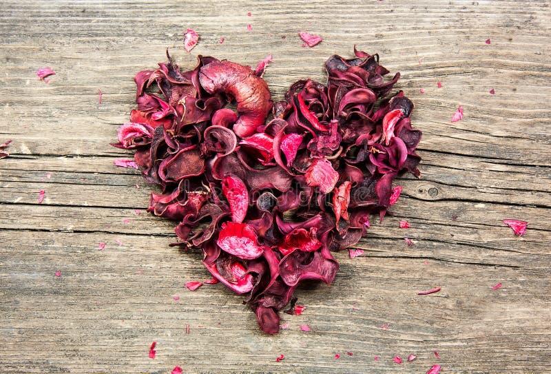 Forme rouge de coeur faite à partir des pétales de fleur images libres de droits