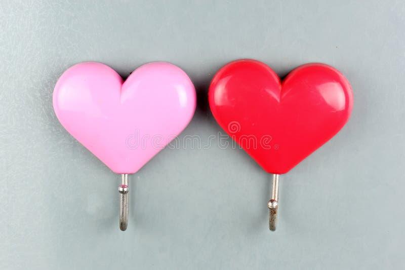 Forme rouge et rose de coeur d'aimants photographie stock libre de droits