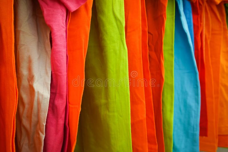 Forme a roupa na cremalheira da roupa - armário colorido brilhante Close-up da escolha da cor do arco-íris do desgaste fêmea na m fotografia de stock