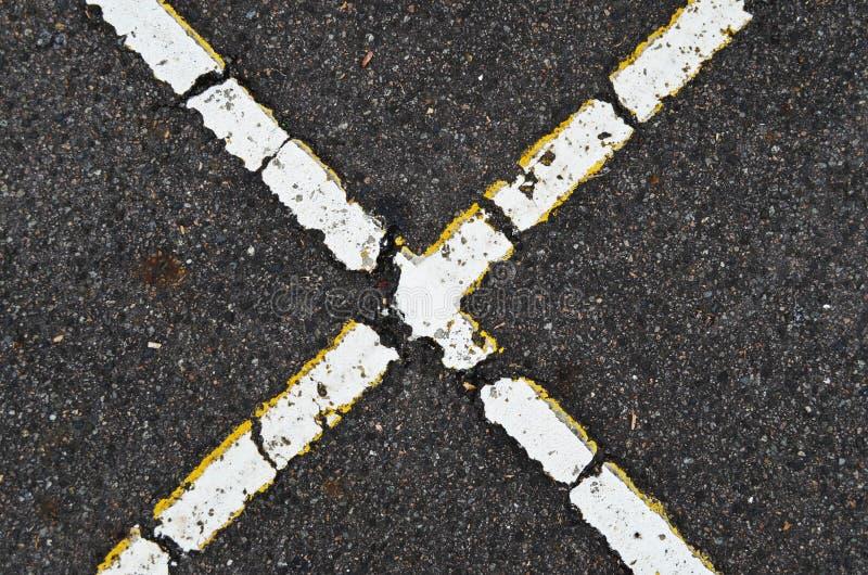 Forme X sur la route photo libre de droits