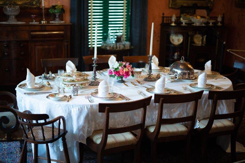 Formeel het dineren gebied in een oud huis stock fotografie