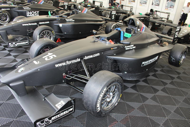 FormelBMW racerbilar i Oschersleben, Tyskland royaltyfria bilder