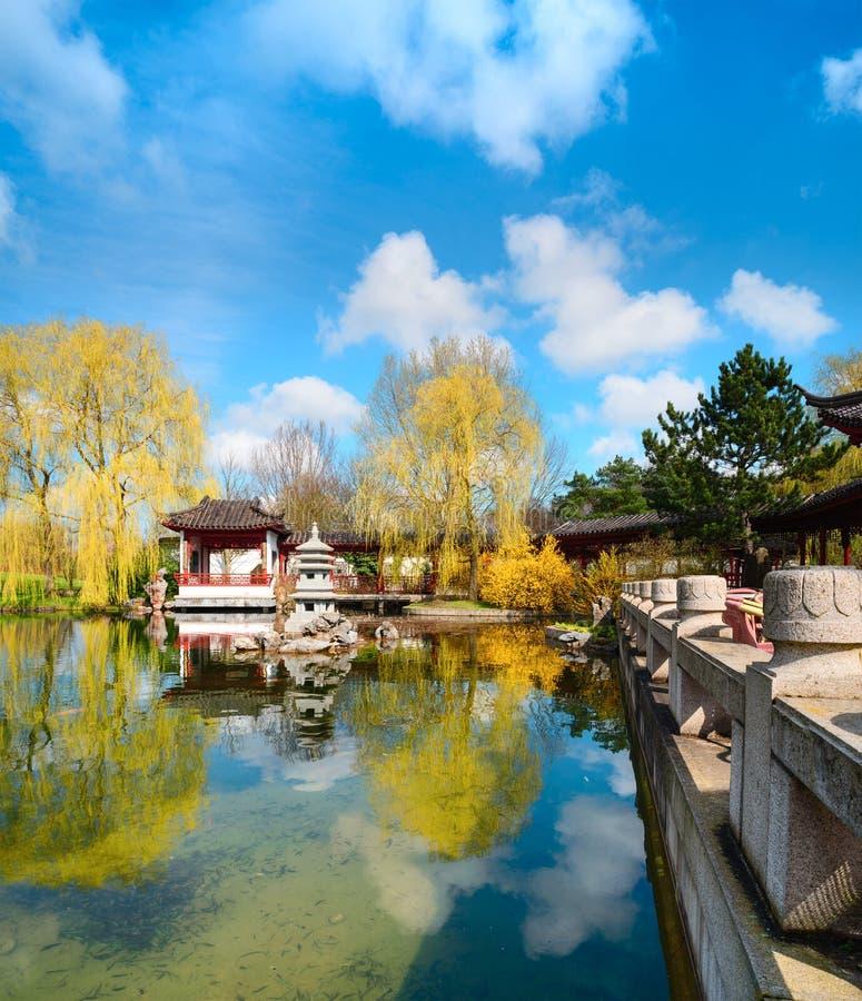Formele Chinese tuin in de Lente stock afbeelding