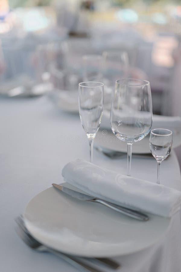 Formell matställeservice som på en bröllopbankett arkivbild