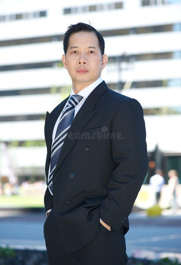 Formell stående av en asiatisk affärsman royaltyfri foto