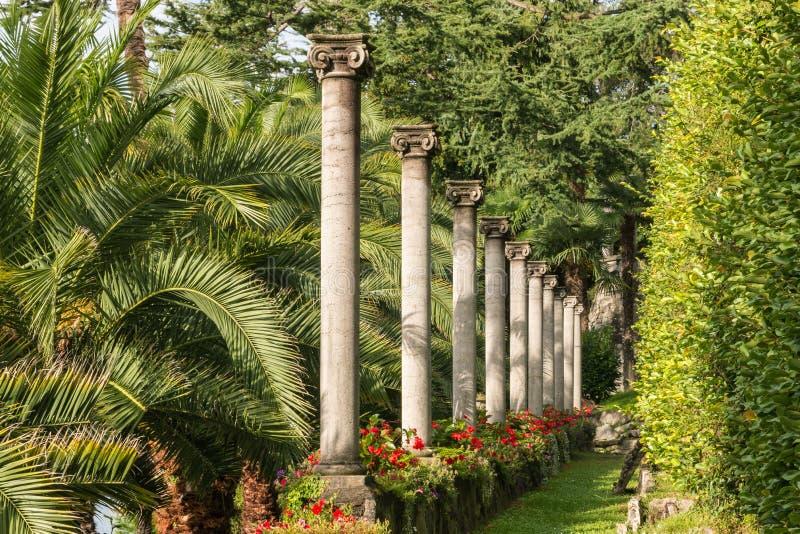 Formell trädgård med den joniska kolonnkolonnaden i Lugano, Schweiz arkivfoto