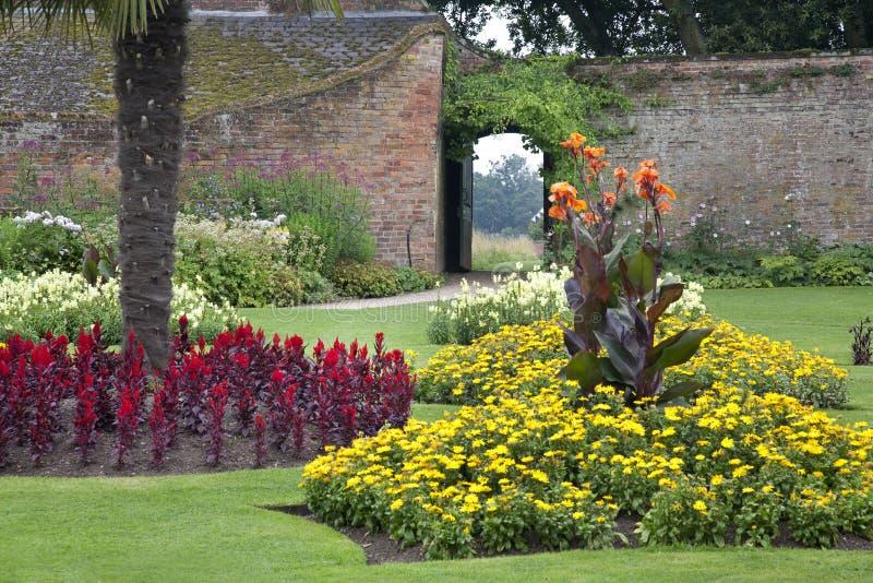 Formell Walled trädgård på en gammal historisk engelsk mangårdsbyggnad royaltyfri foto