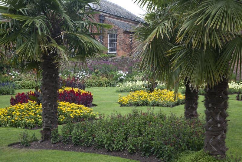 Formell Walled trädgård på en gammal historisk engelsk mangårdsbyggnad arkivbild
