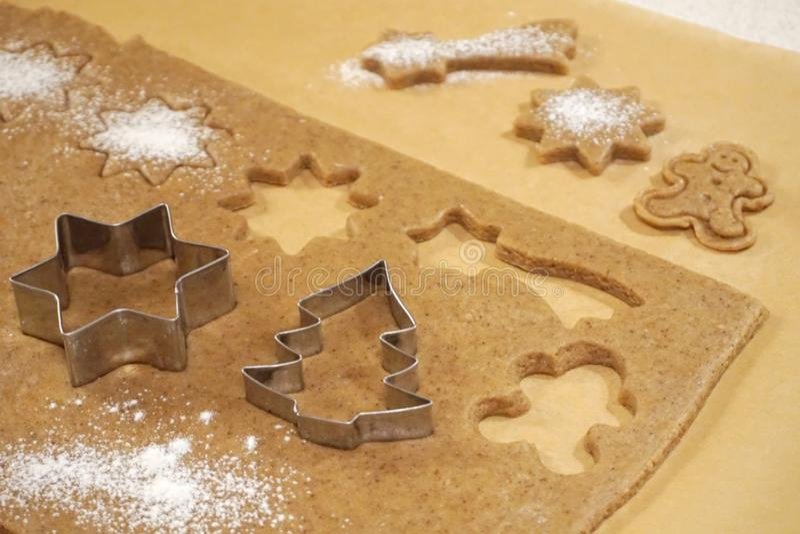 Formen für backende Kuchen auf Teig Weihnachten aromatisch und gewürzte Plätzchen zugebereitet lizenzfreies stockfoto