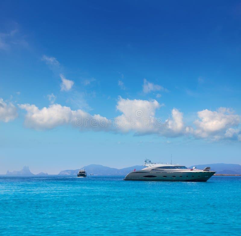 Formentera boten met Ibiza S Vedra Balearic stock fotografie
