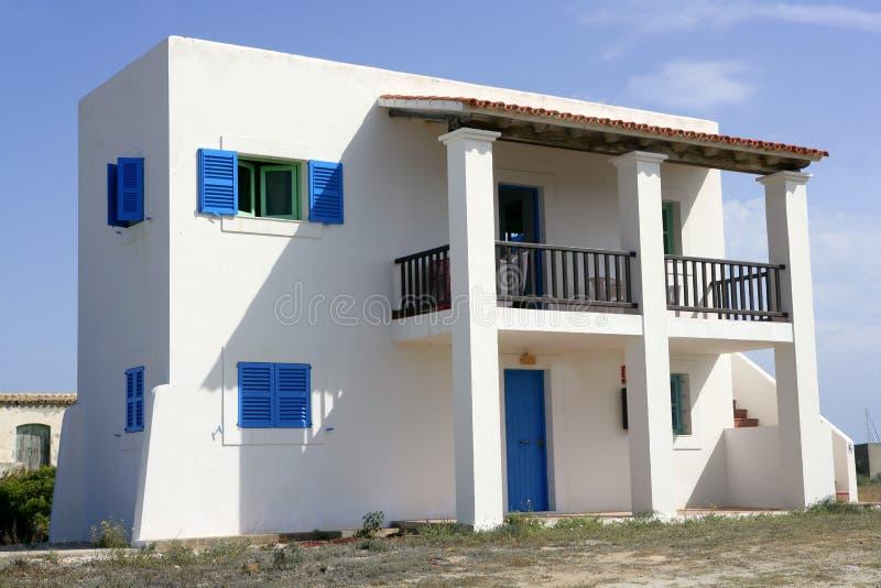 Formentera perto das casas do branco do console de Ibiza foto de stock