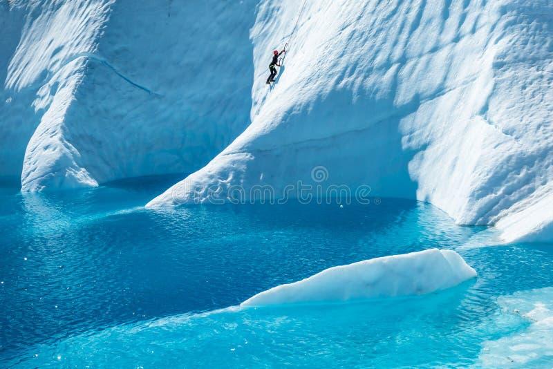 Formes étranges s'élevantes de glace coupées du glacier de Matanuska image stock