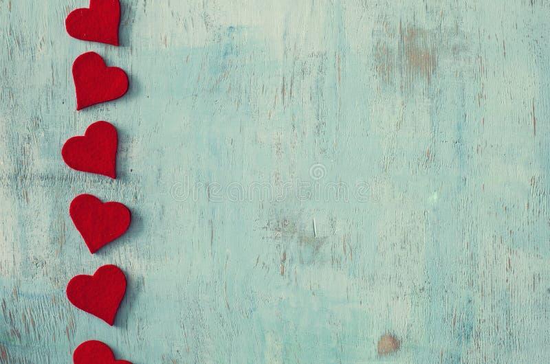 Formes de coeur sur le backgroundnd en bois de vintage photos stock