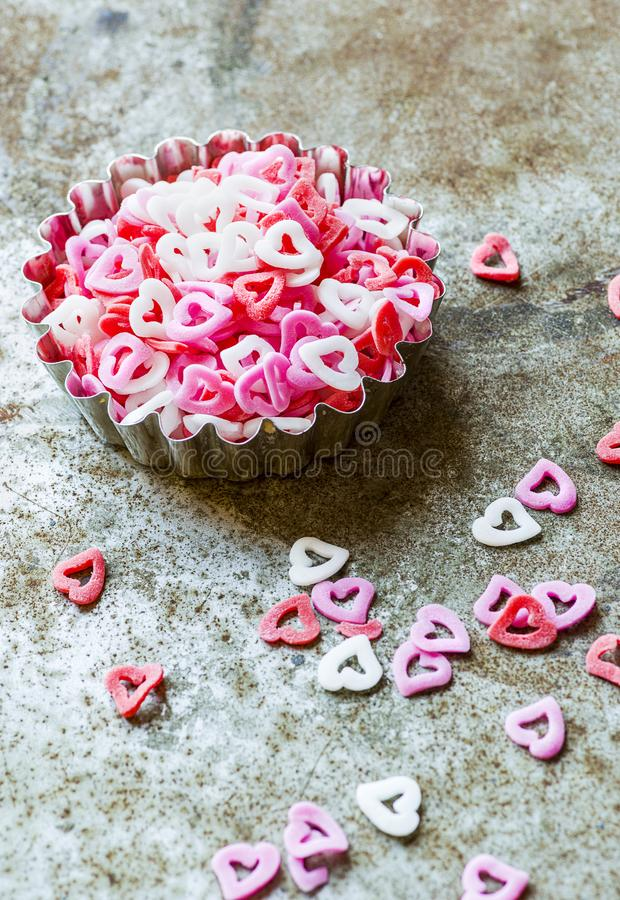 Formes de sucre de coeur rose sur fond rustique photographie stock