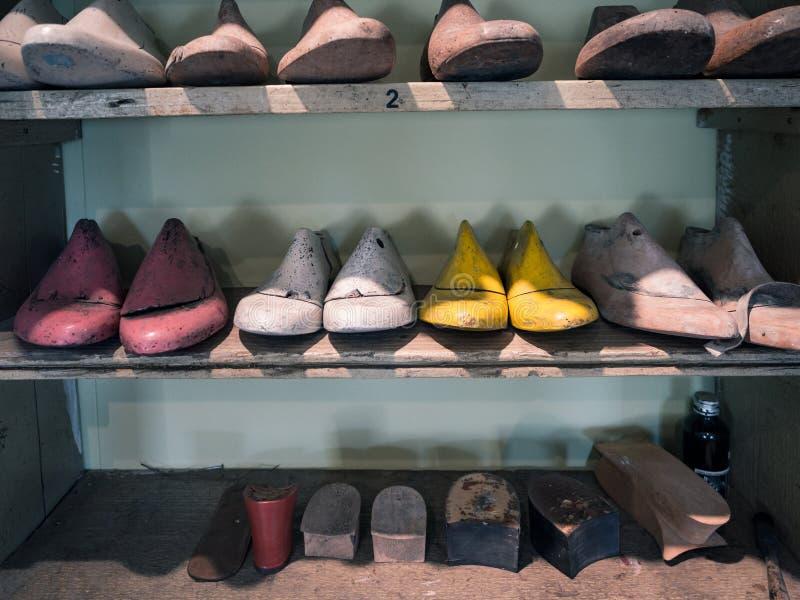 Formes en bois pour la réalisation des chaussures de métier dans le magasin d'un cordonnier image libre de droits