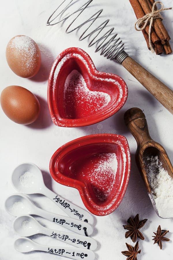 Formes et ingrédients en forme de coeur de cuisson image stock