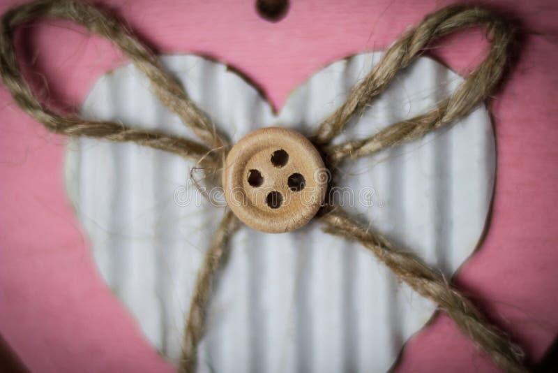 Formes faites main de coeur avec un bouton photo stock