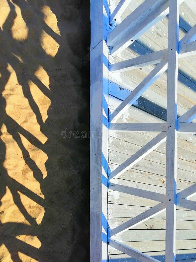Formes géométriques d'architecture contre le sable image stock