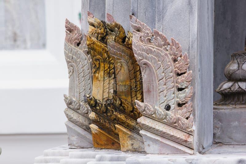 Formes thaïlandaises découpées de piliers de marbre dans des temples thaïlandais photographie stock
