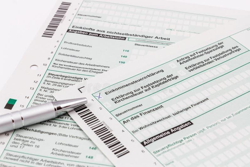 Formez de la déclaration d'impôt sur le revenu avec le stylo photos libres de droits