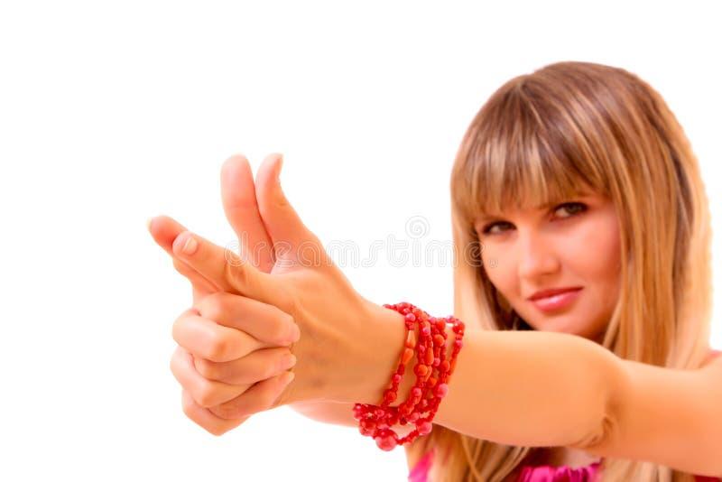 formez les jeunes de femme d'isolement par mains de canon image libre de droits