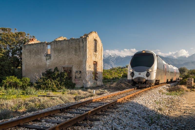 Formez passer la station abandonnée chez Lumio en Corse photos stock