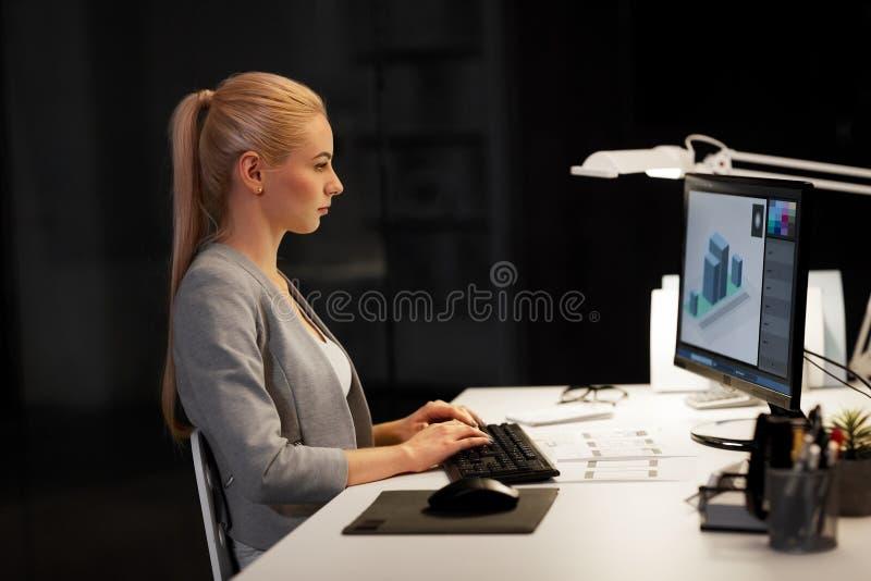 Formgivare med datoren som nigh arbetar på kontoret arkivbilder