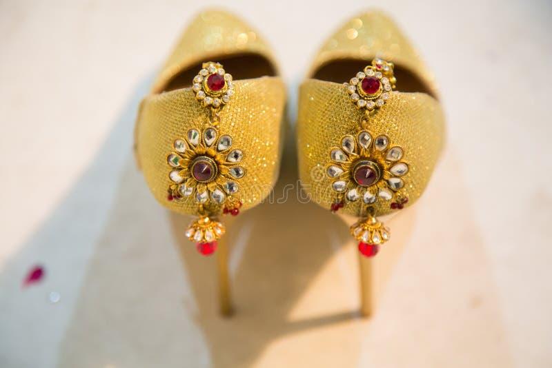 Formgivare Sandals Decorated med prydnader royaltyfria foton