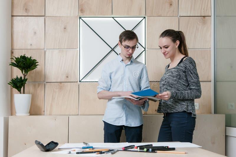 Formgivare som diskuterar på kontoret royaltyfria bilder