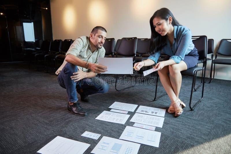 Formgivare som diskuterar websitemanöverenhetsidéer arkivfoto