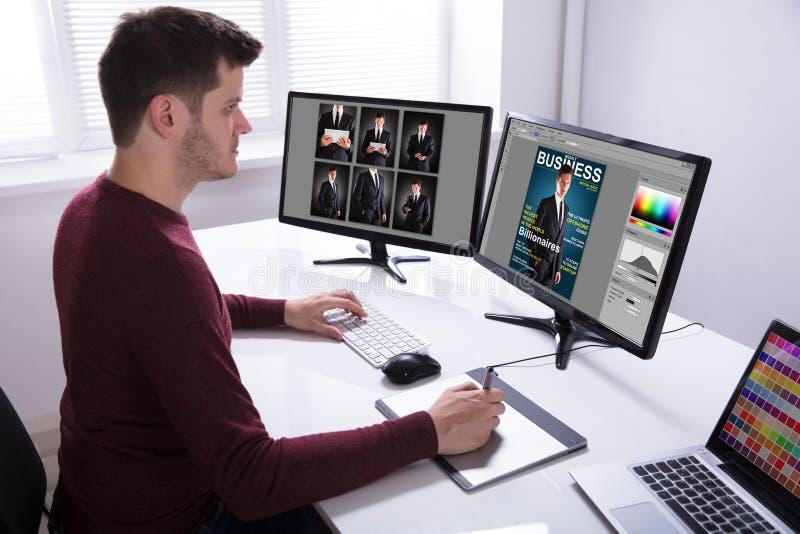 FormgivareDrawing On Graphic minnestavla, medan arbeta på datoren arkivfoton