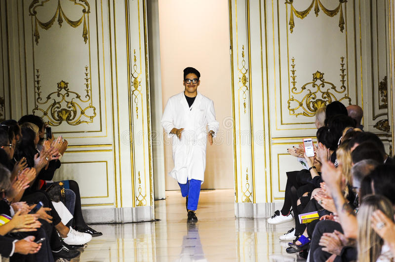 Formgivaren Andres Caballero bekräftar applåden av åhörarna efter den San Andres Milano modeshowen royaltyfri foto