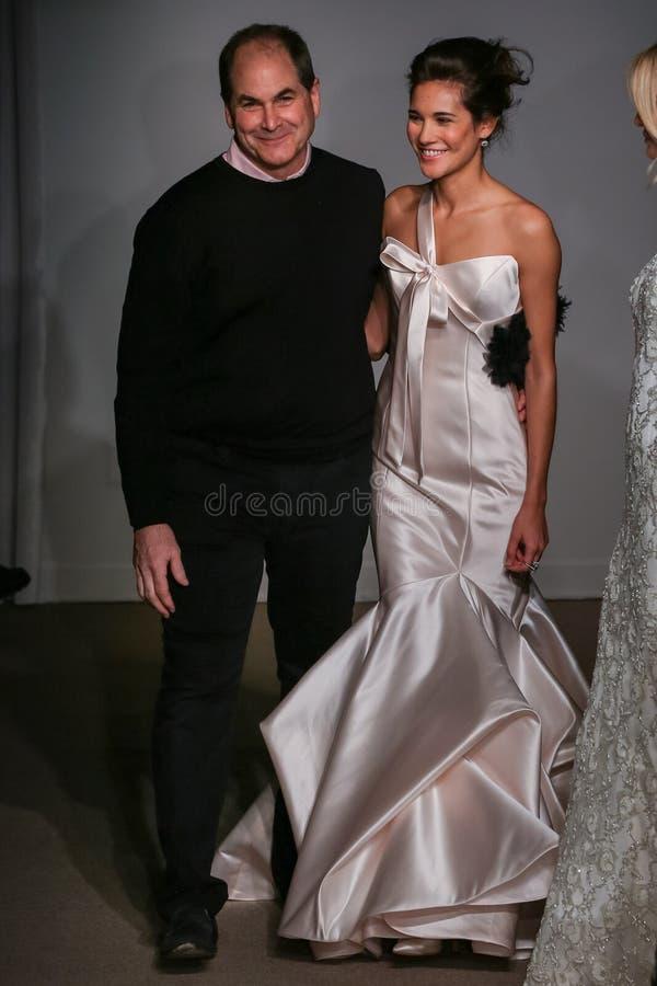 Formgivaren Charlie Bunstine går landningsbanan med modeller på Anna Maier/Ulla-Maija Couture Bridal Spring /Summer 2016 royaltyfria foton