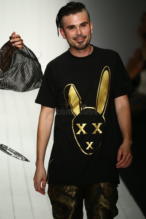 Formgivaren Eric Rosette går landningsbanan under den MisterTripleX modeshowen arkivfoton